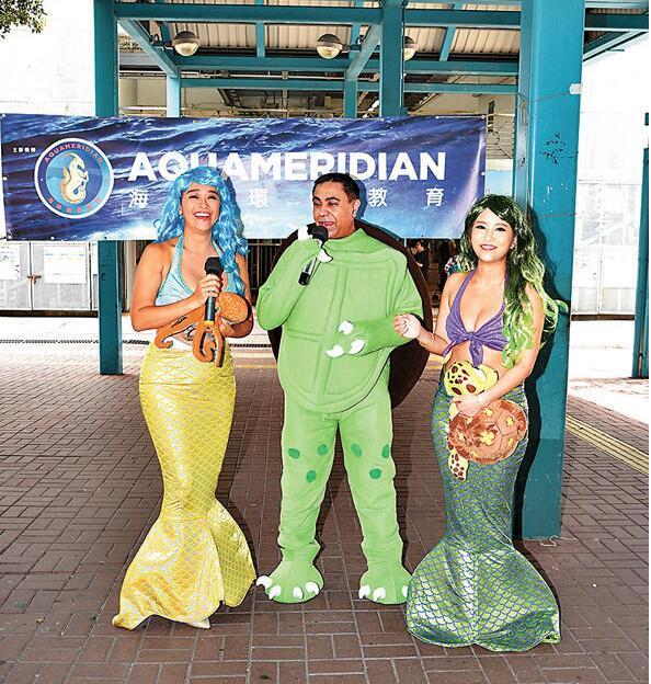 乔宝宝(中)笑称做龟公拖住郭秀云及林雅诗两个美女参与这活动。