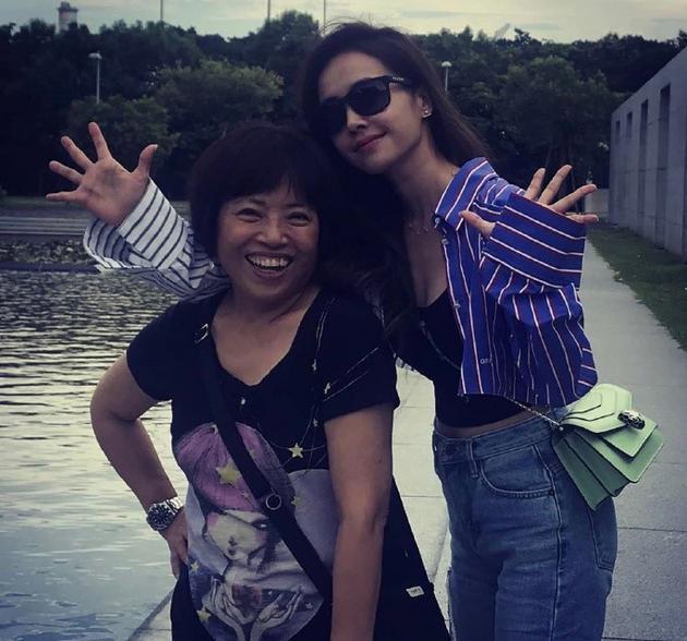 蔡依林与妈妈合影