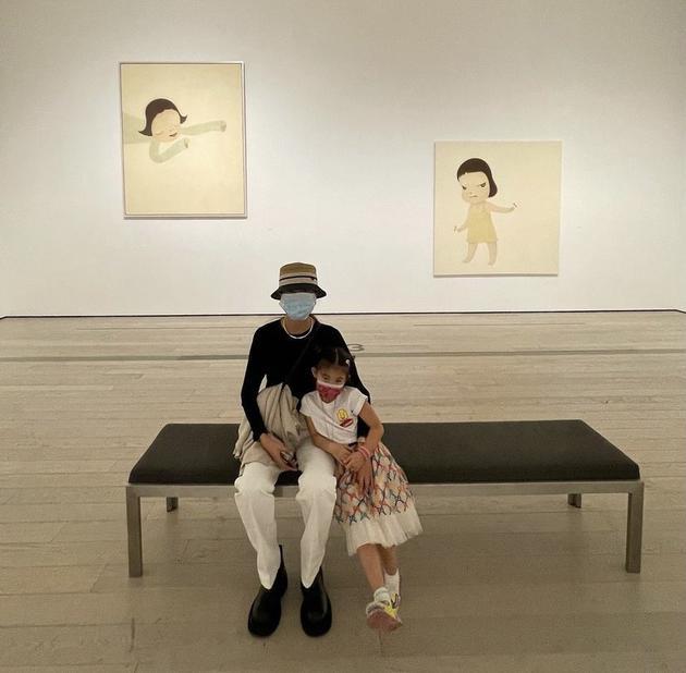 陈冠希晒秦舒培与女儿合影 4岁Alaia长高长腿抢镜
