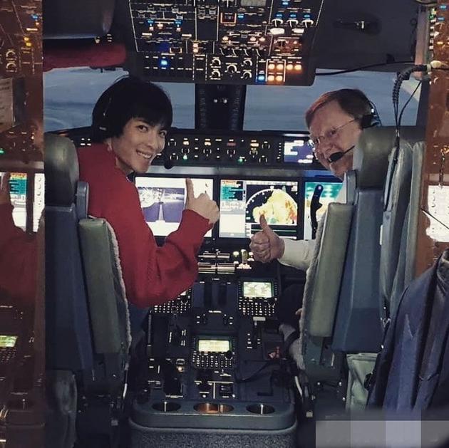 蕭敬騰曬與機長合照