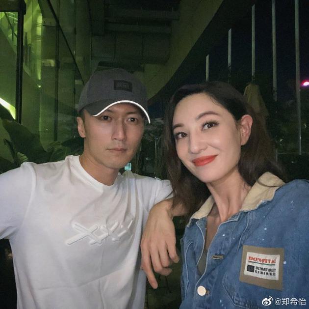 谢霆锋郑希怡合影