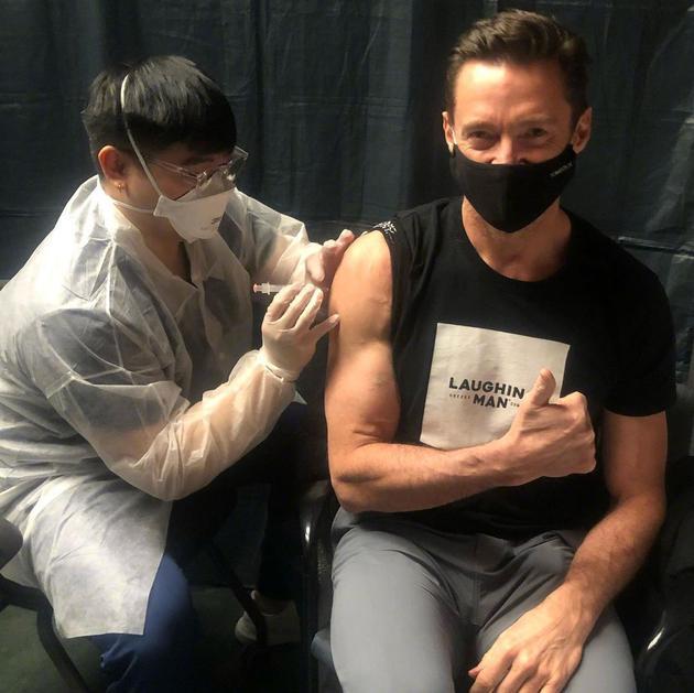 休·杰克曼接种新冠疫苗