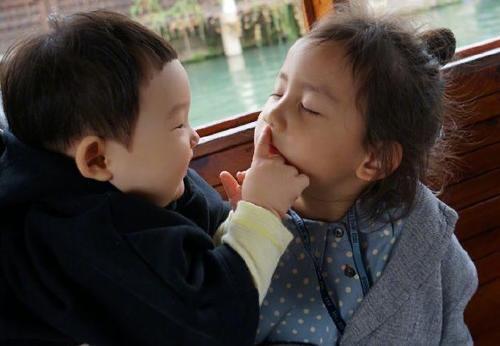 黄磊小儿子与多妹同框