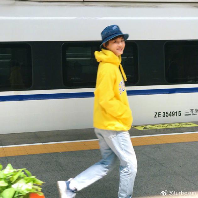 孙俪享受高铁旅途神情轻松 自侃不是少女是老母亲