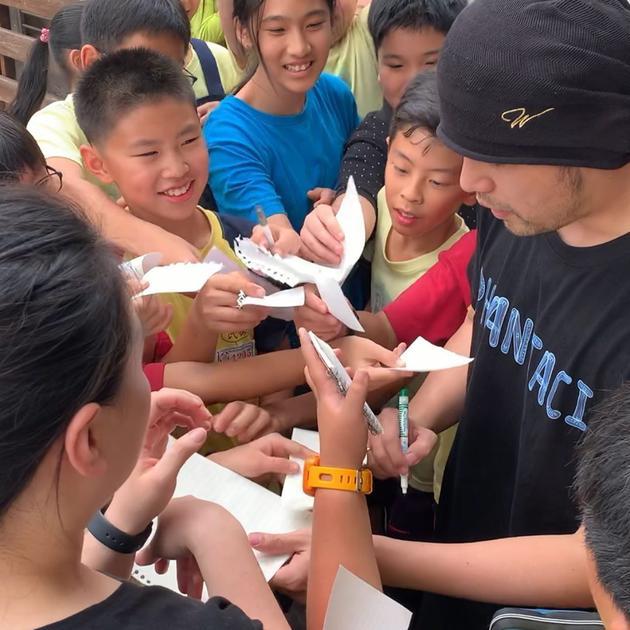 周杰伦被学生围住一一签名