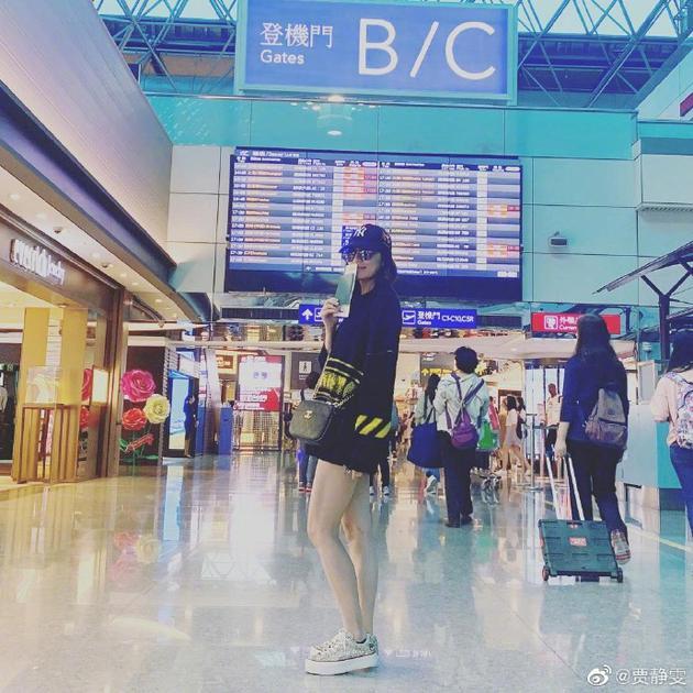 贾静雯晒机场照感慨思乡 穿热裤长腿白嫩很苗条