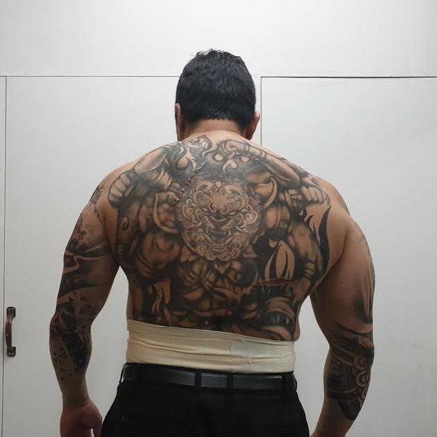 马东锡片中画上半身刺青
