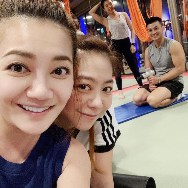 好闺蜜梁静茹与陈绮贞晒亲密 享受生活健身运动