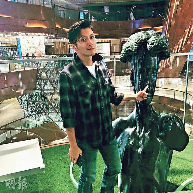 谢霆锋最近前往尖沙嘴的商场参观艺术作品。