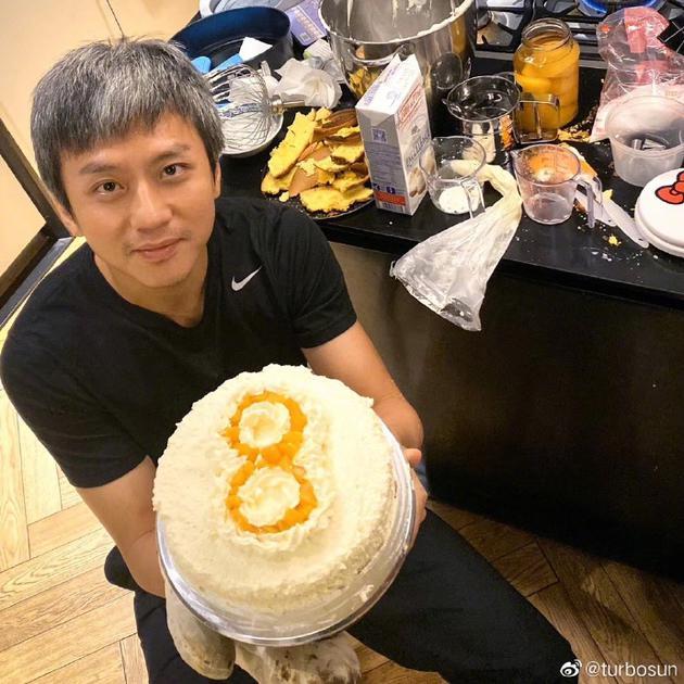 邓超手捧蛋糕