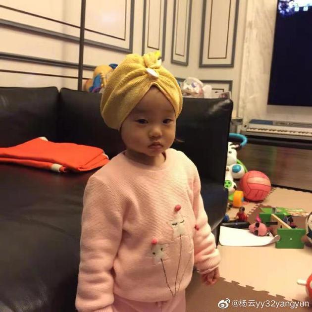 杨云晒女儿一岁旧照