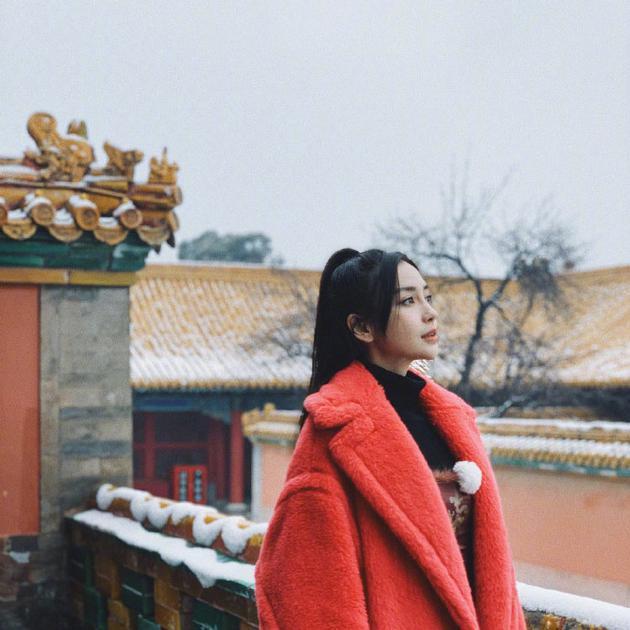 故宫雪美人更美!杨颖一身红衣尽显优雅可爱