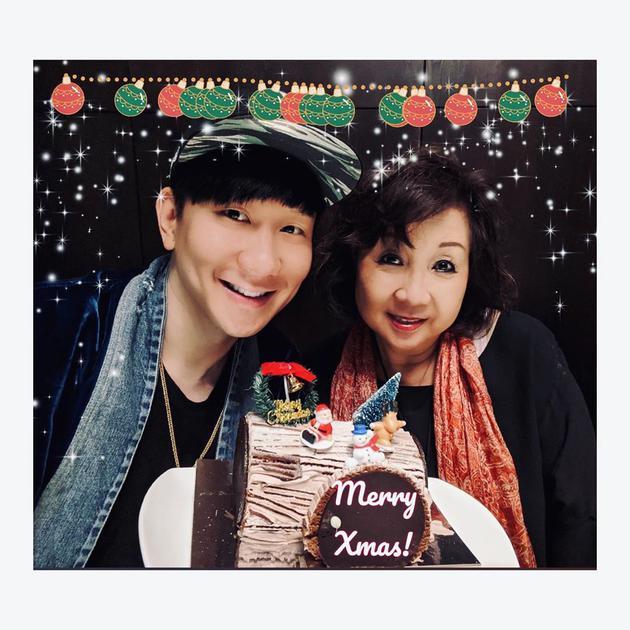 林俊杰晒与妈妈合影庆圣诞