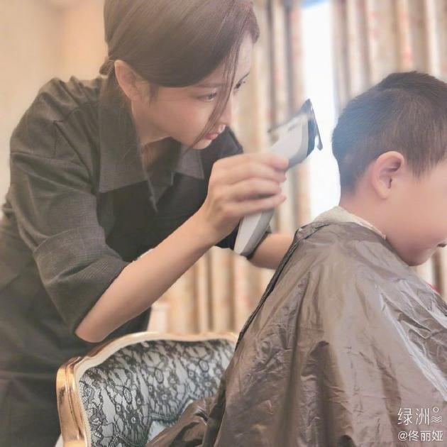 佟丽娅为儿子理发