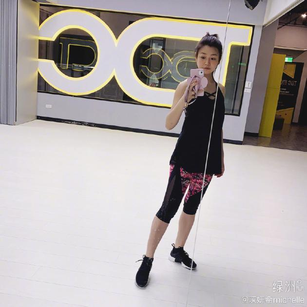 陈妍希绿洲晒素颜自拍 身穿黑色上衣搭配紧身裤运动气息满满