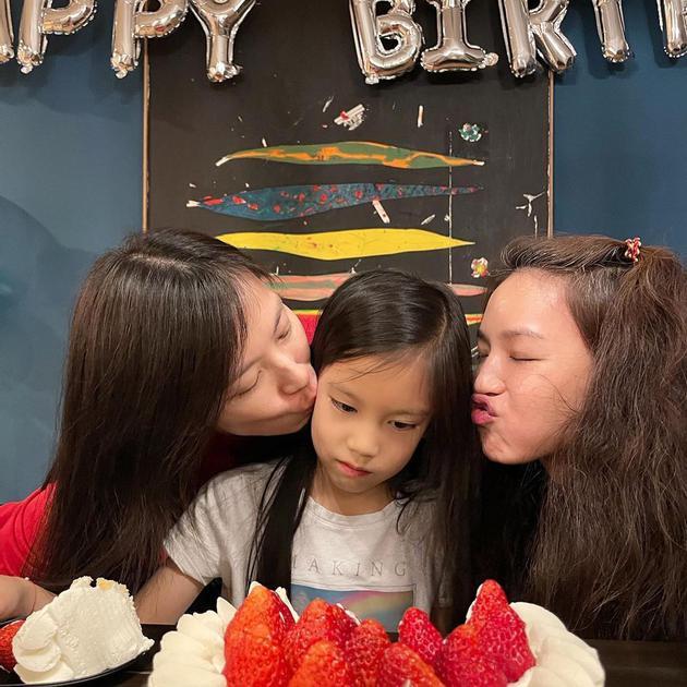 舒淇(右)为林熙蕾女儿庆生