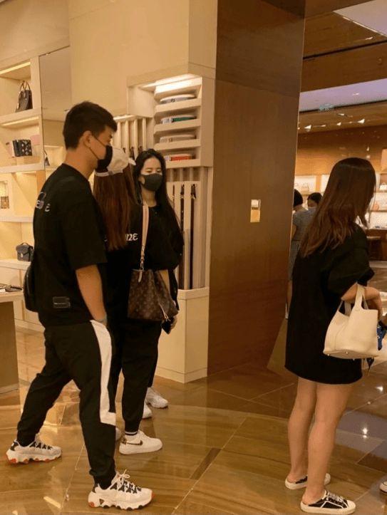 刘亦菲在逛奢侈品店