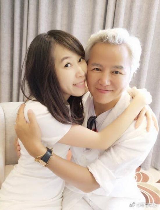 林瑞阳与陌生女子的亲密合照。