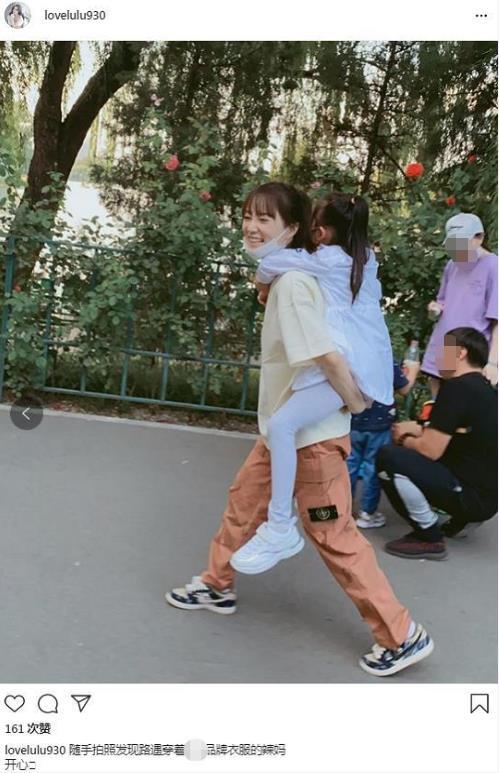 李小璐背着甜馨