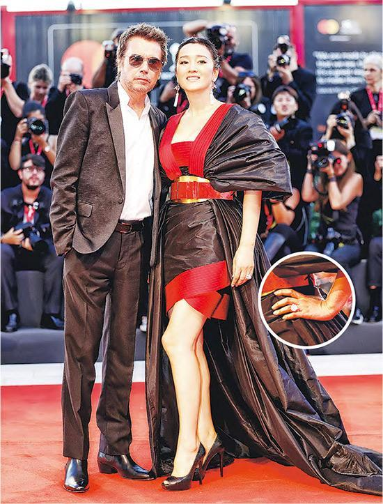 Jean-Michel Jarre(左)与巩俐(右)已婚,后者戴着巨钻婚戒十分抢镜。