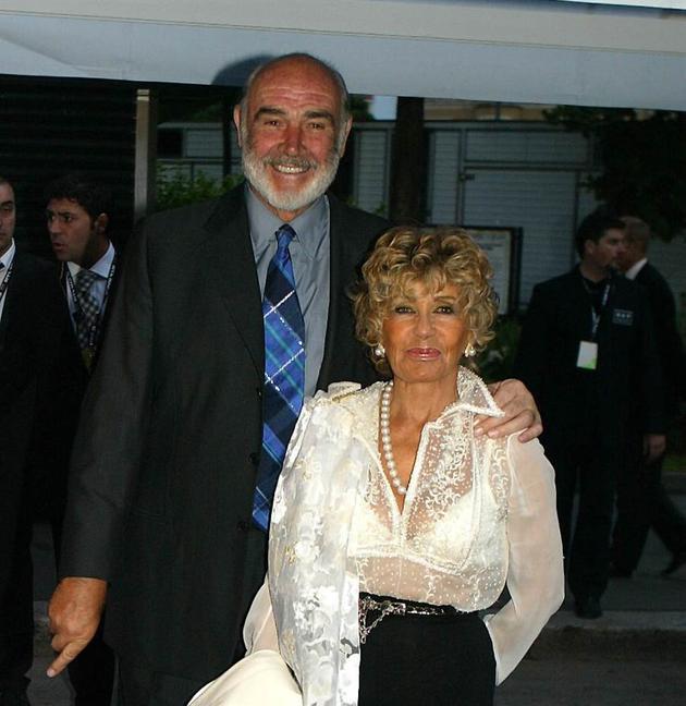 肖恩·康纳利与第二任妻子罗克布兰牵手45年,感情恩爱。