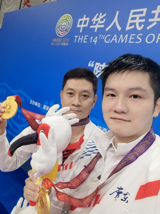 樊振东全运会男单冠军自拍