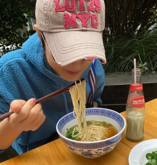 陈法蓉吃生日长寿面