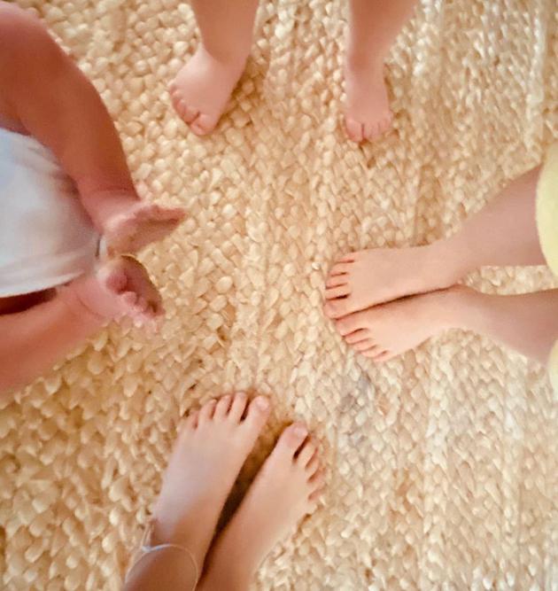 Ayda Field分享新生儿和他哥哥姐姐们的小脚丫