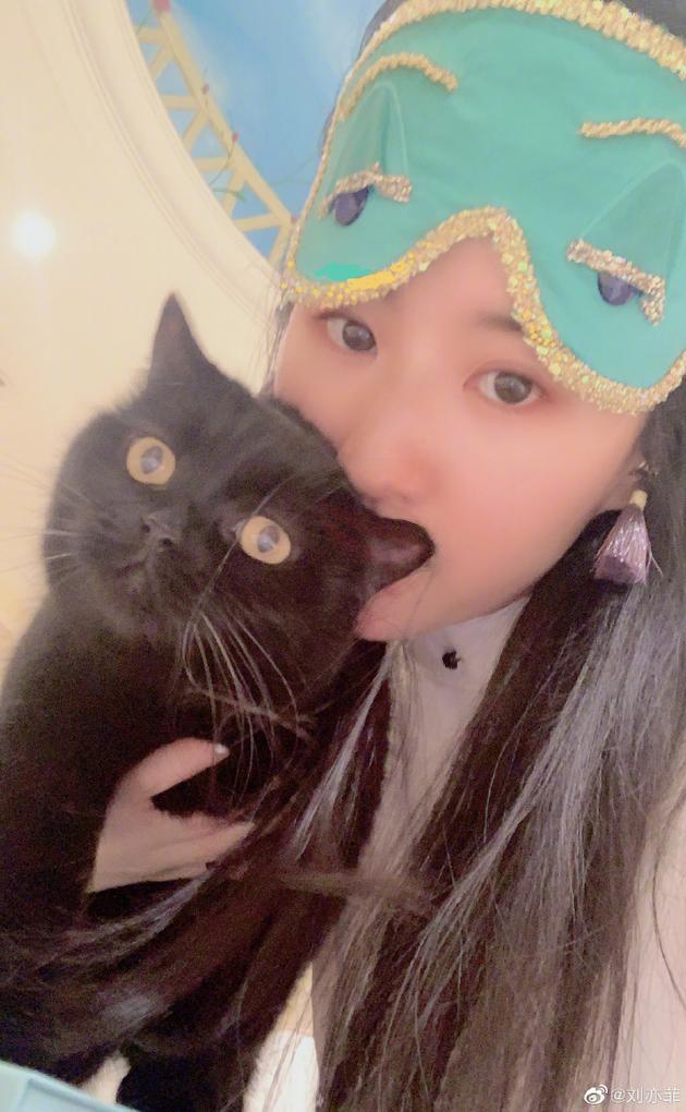 刘亦菲穿睡衣抱黑猫cos赫本 戴同款眼罩再现经典
