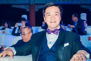 唐季礼出席亚洲影视周活动 黑色西装显儒雅气质