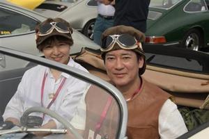 夫妻二人驾古董车出游