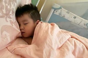 孙茜绿洲晒儿子危险睡姿 吐槽蔡远航:这就是亲爹