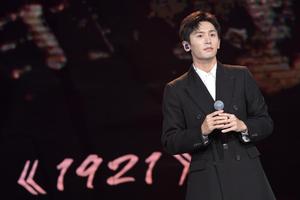 王智分享张哲瀚唱歌现场直拍视频