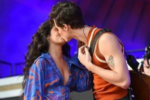萌德与卡妹音乐节现场激情热吻 大方展示甜蜜恋情