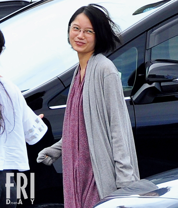 日本女星宫崎葵预产期临近 挺孕肚工作表情幸福