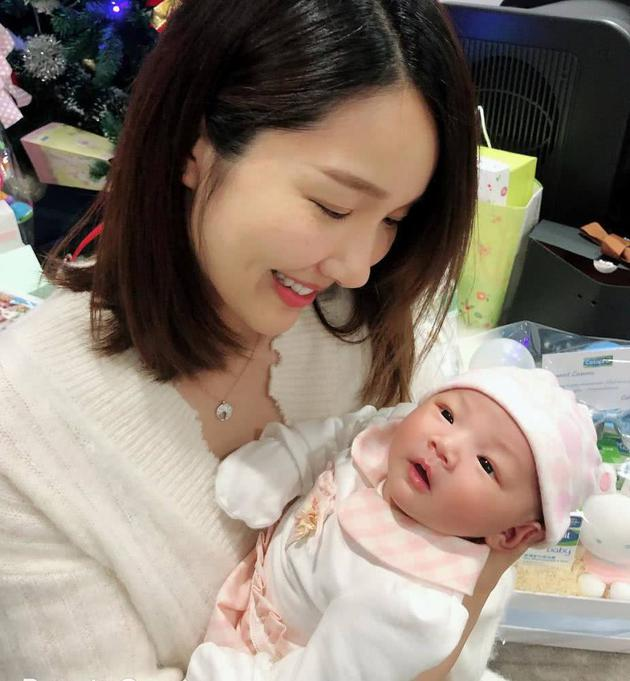 李亞男產後首次帶女兒外出散步:女兒是最可愛的(組圖)