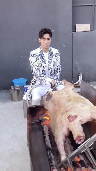 李易峰烤全羊