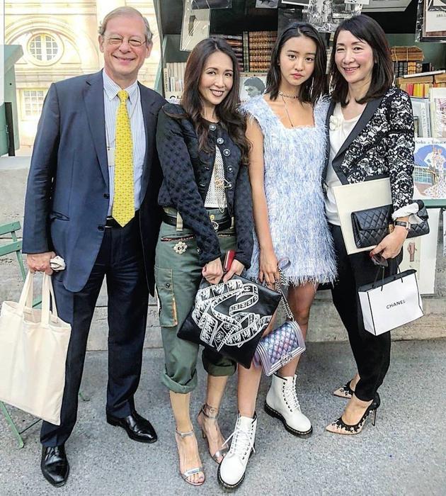 木村光希最近还跟着妈妈一起现身巴黎时装周,与其他人合照时却踩到妈妈的脚。