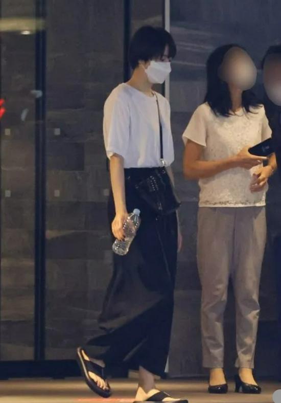 长泽雅美走出酒店被拍