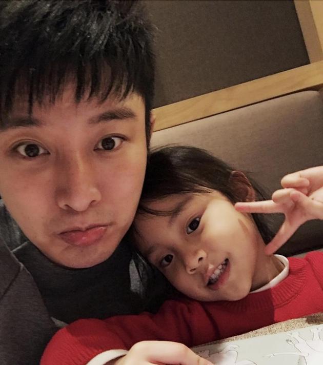 贾乃亮和女儿甜馨