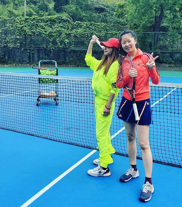 蔡依林与友人打网球