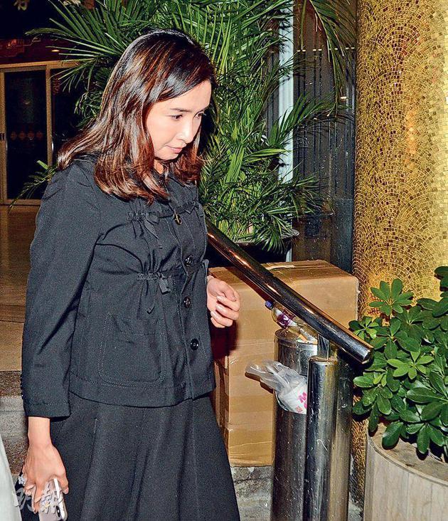 近年很少众目睽睽现身的吴婉芳一身素服带子息前去灵堂致祭。
