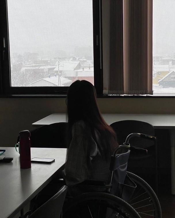 近日她靠轮椅代步