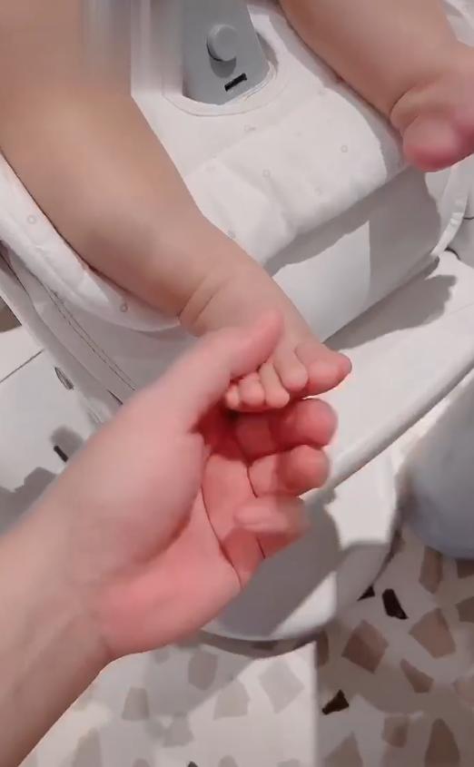 陈赫二女儿的幼脚丫