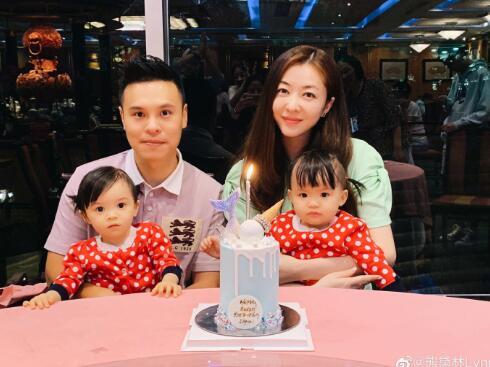 熊黛林夫妇和两个双胞胎女儿