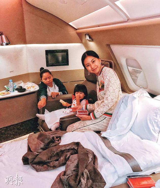 黄婉佩在外交平台分享她在飞机上豪华套房内的照片。