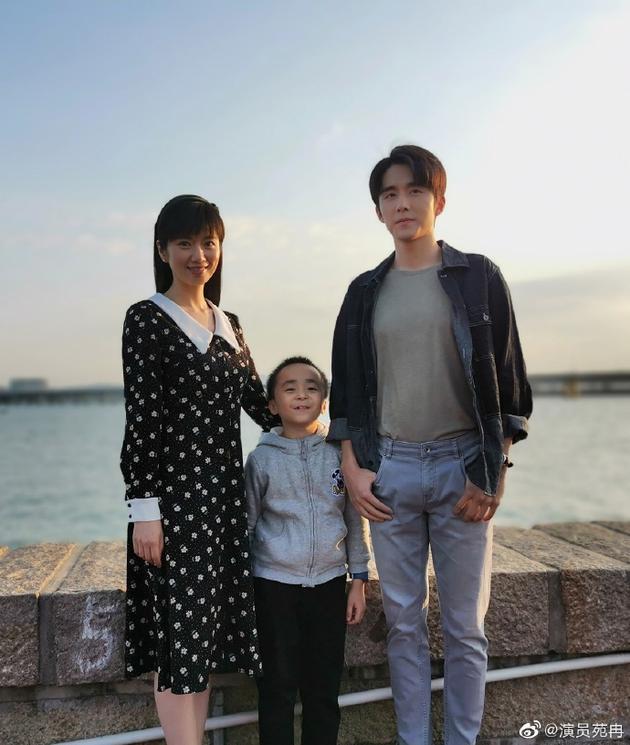 贺梅扮演者与大小贺子秋合影 小演员站C位有原因