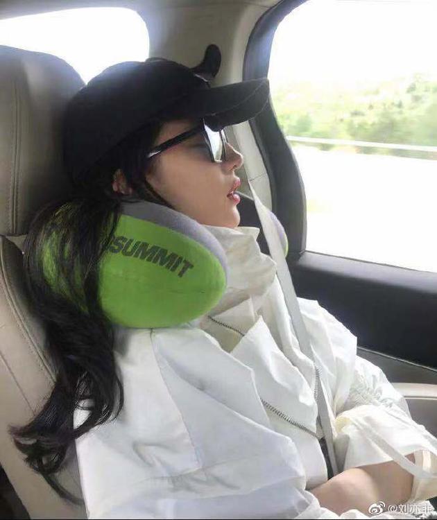 刘亦菲车上睡觉被偷拍 发微博:不知道有没有流口水