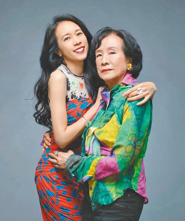 莫文蔚与母亲拍时尚杂志
