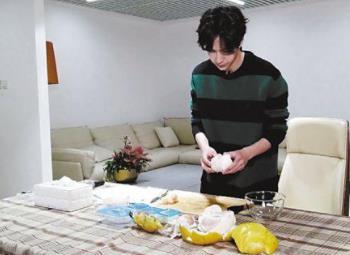 王一博为妈妈做手撕鸡